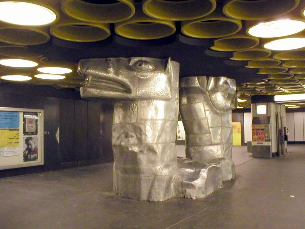 U-Bahn_Berlin_Rathaus_Steglitz_Kerberos.jpg